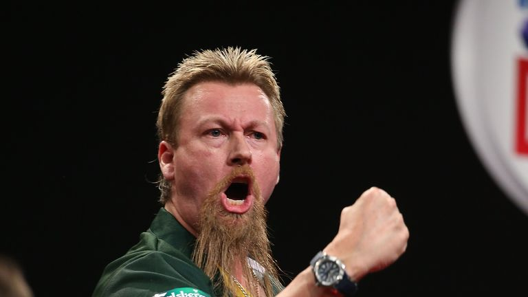 Simon Whitlock won his first round tie against Mike De Decker