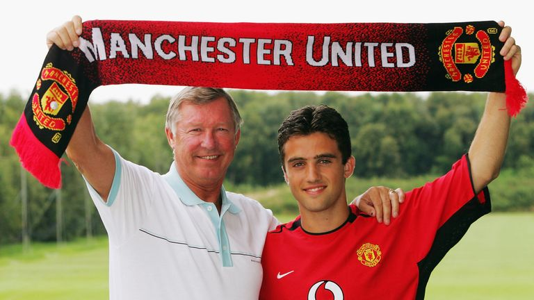 Giuseppe Rossi poses with Sir Alex Ferguson after signing for Manchester United as a 16-year-old