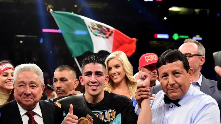 Santa Cruz defends his world featherweight title a week after Valdez's success