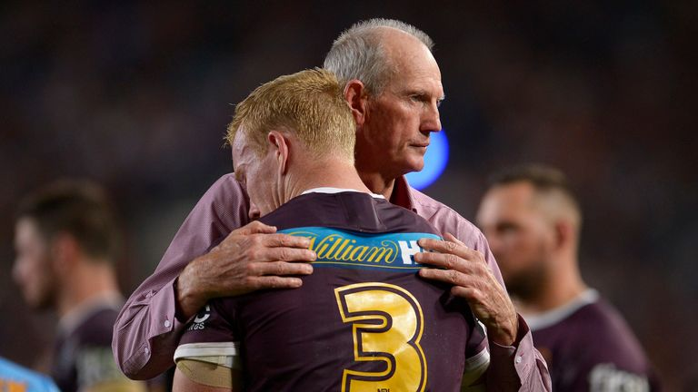 Bennett consoles Jack Reed after defeat during the 2015 NRL Grand Final match