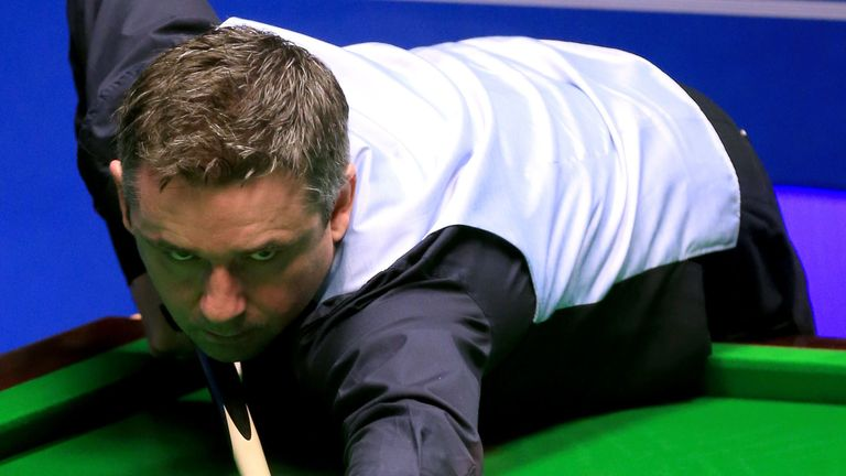 Alan McManus overcame Ali Carter 13-11 in the second round
