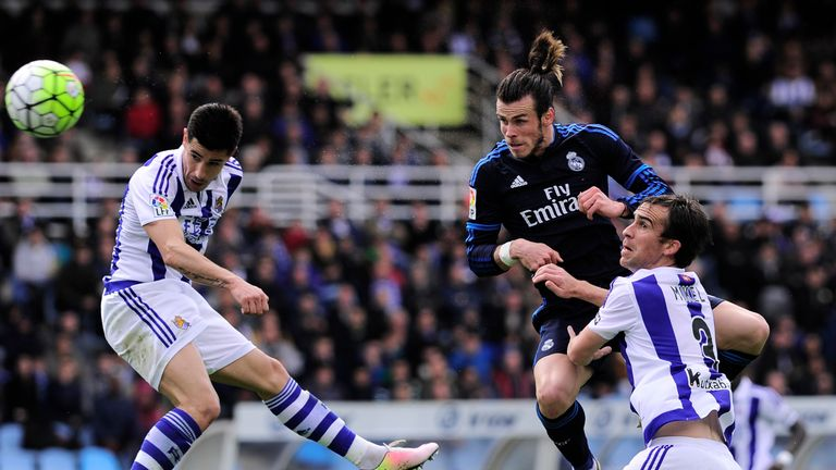 Gareth Bale (C) headed just over the bar in the first-half