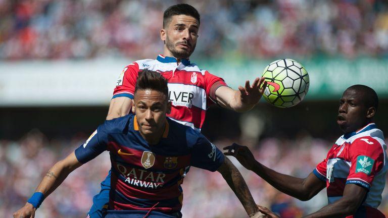 Neymar vies with Granada's midfielder Fran Rico (L top) and defender Jean Sylvain Babin (R)