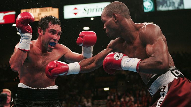 Bernard Hopkins (R) stopped Oscar De La Hoya to defend his middleweight titles in 2004