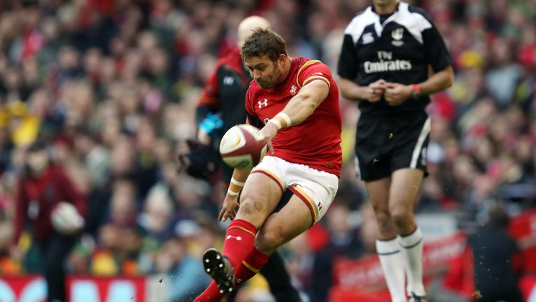 Wales full-back Leigh Halfpenny has joined the Scarlets from Toulon