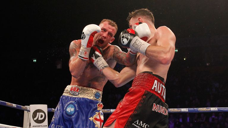 Smith continued to punish Blackledge with hurtful punches
