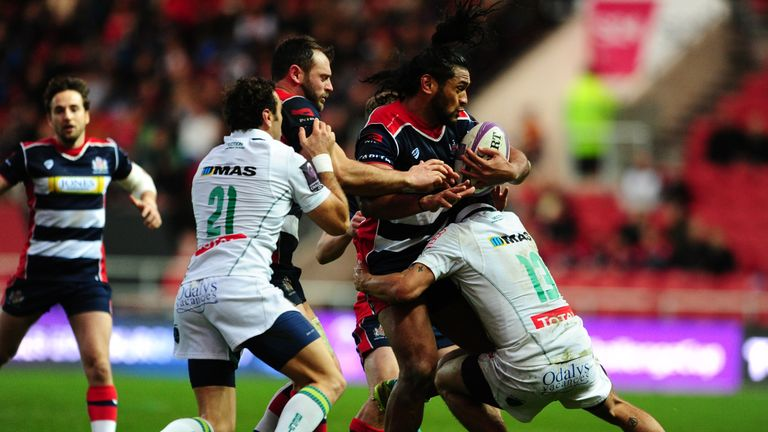 Thretton Palamo  is tackled by Julien Fumat