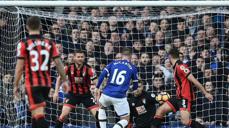 James McCarthy (C) doubles Everton's lead