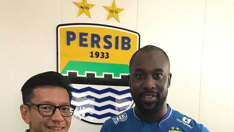 Carlton Cole has moved to Indonesian side Persib Bandung on a ten-month deal