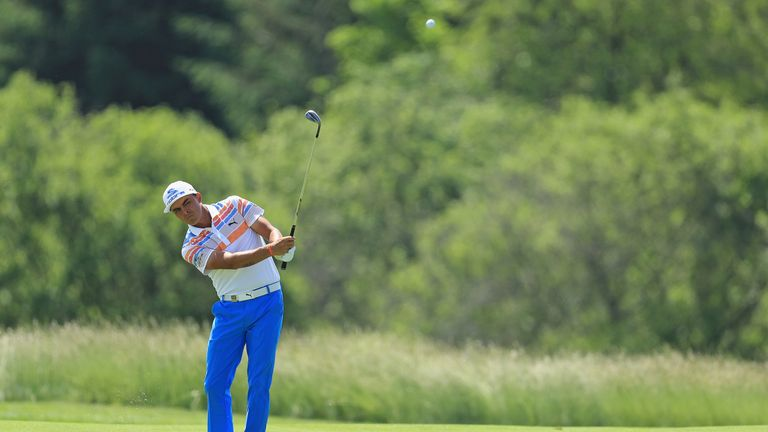Fowler holds a one-shot lead at Erin Hills