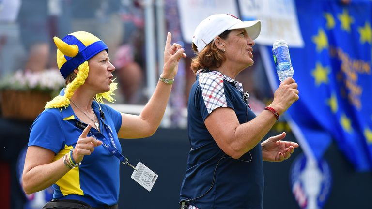 Annika Sorenstam dances with Juli Inkster on the first tee