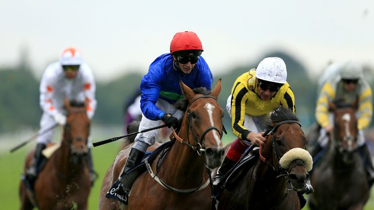 Wells Farhh Go ridden by David Allan (left)