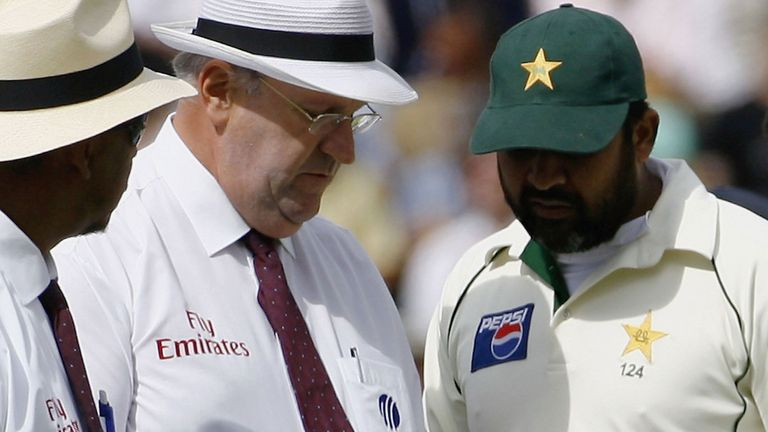 Umpires Darrell Hair (2nd L) and Billy Doctrove inspect the ball with Inzamam-ul-Haq