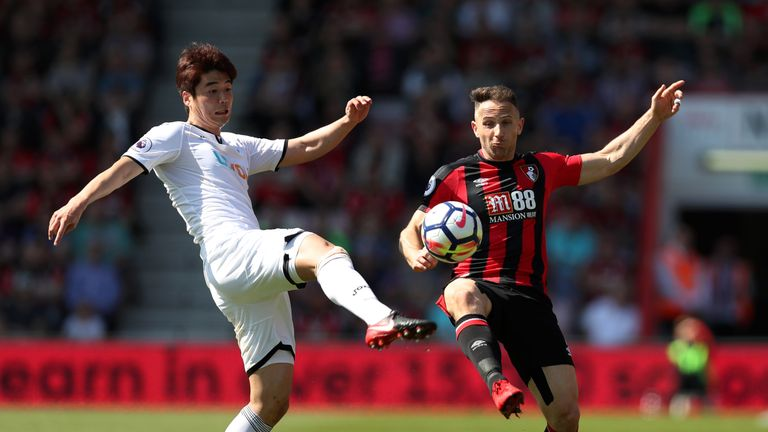 Ki Sung-Yeung and Marc Pugh battle for the ball