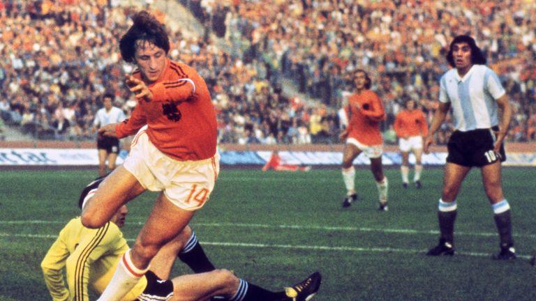 Dutch midfielder Johann Cruyff dribbles past Argentinian goalkeeper Daniel Carnevali on his way to scoring a goal during the World Cup quarter-final