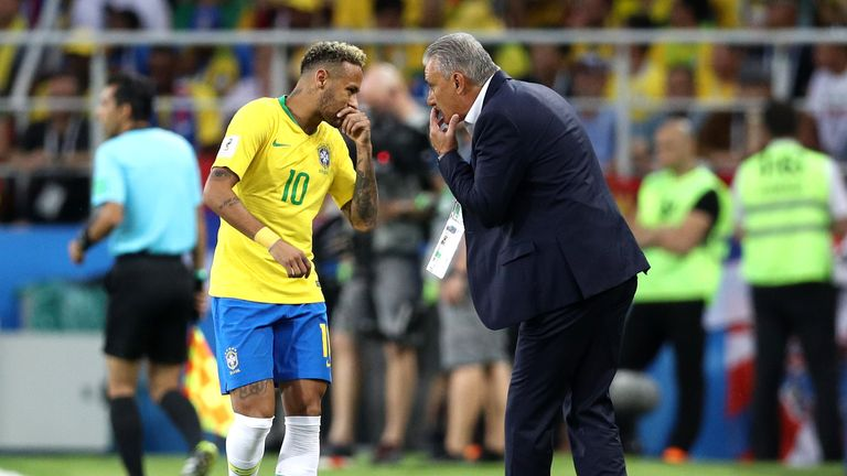 Tite speaks with Neymar during the game with Serbia