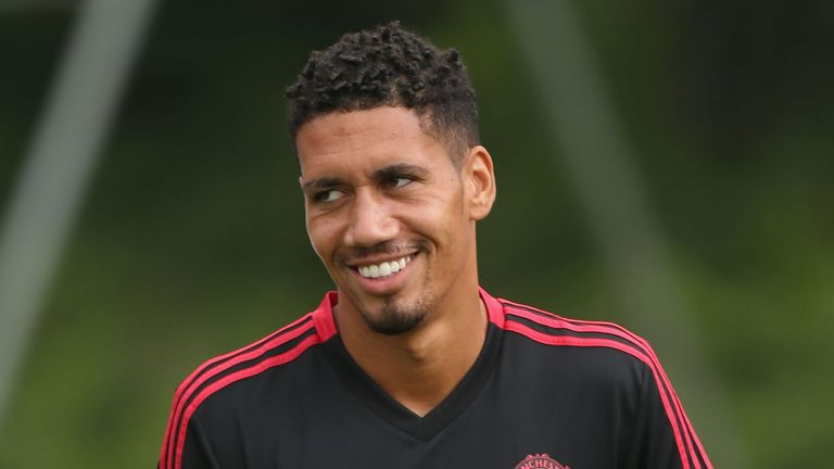Manchester United S Chris Smalling Signs New Contract Until 2022