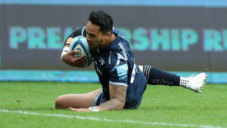 Denny Solomona goes over for a Sale Sharks try