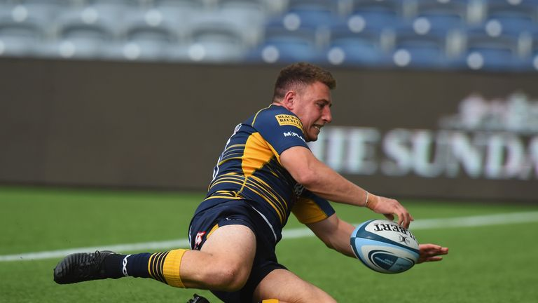 Duncan Weir scoring for Worcester Warriors at home against Newcastle Falcons in the Gallagher Premiership