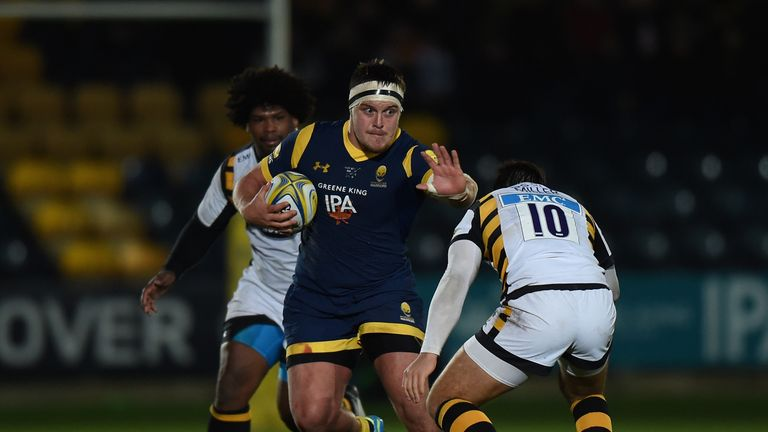 Nick Schonert on the charge for Worcester Warriors i