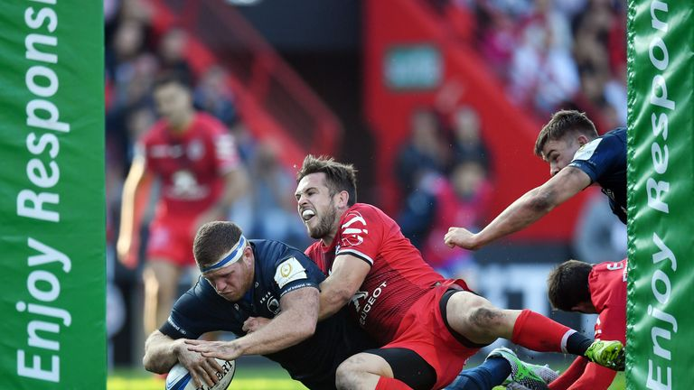 Sean Cronin of Leinster dives over to score his side's third try