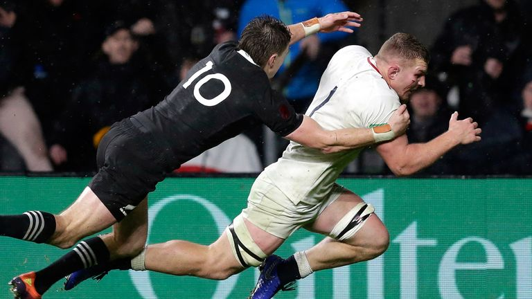 New Zealand fought back from 15-0 down to record a narrow 16-15 win against England at Twickenham.