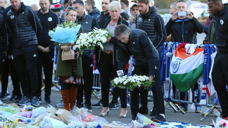 Claude Puel lays a wreath to Vichai Srivaddhanaprabha outside the King Power Stadium