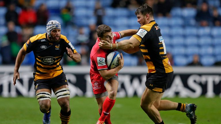 Antoine Dupont is tackled by Ben Harris