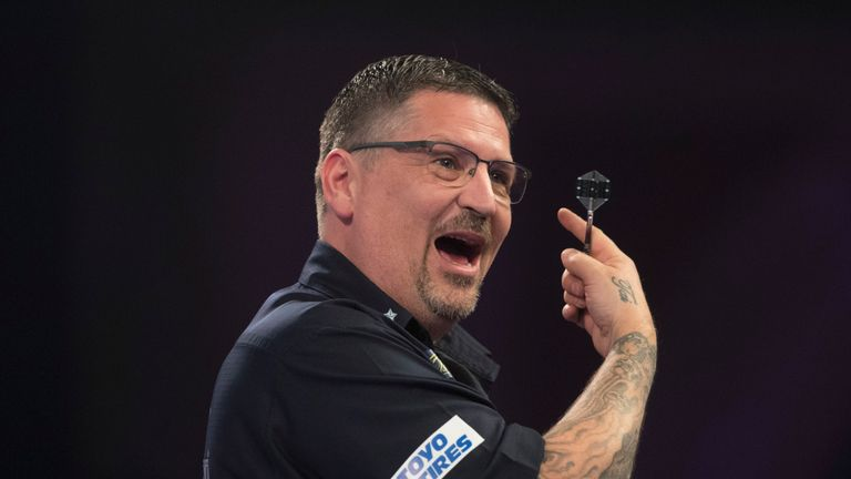 WILLIAM HILL WORLD DARTS CHAMPIONSHIP 2019.ALEXANDRA PALACE,.LONDON.PIC;LAWRENCE LUSTIG.ROUND 2 .Gary ANDERSON V KEVIN BURNESS.A WASP LANDS ON GARY ANDERSON'S SHOULDER