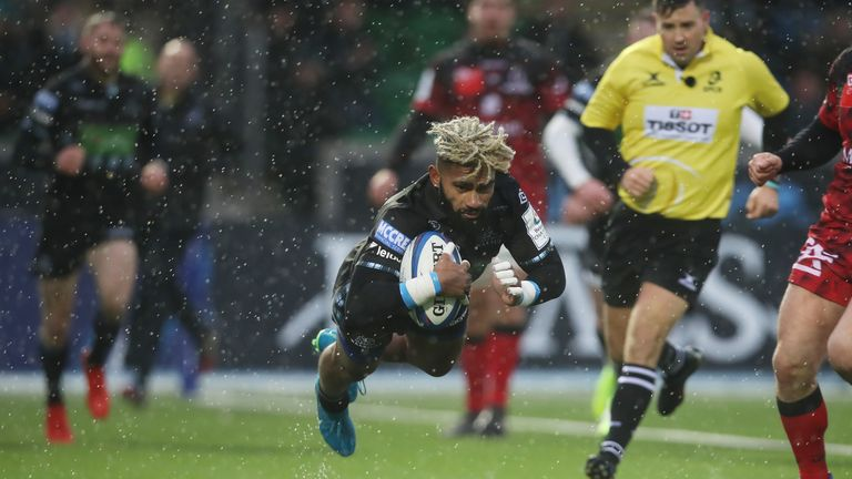 Niko Matawalu of Glasgow Warriors scores his side's second try