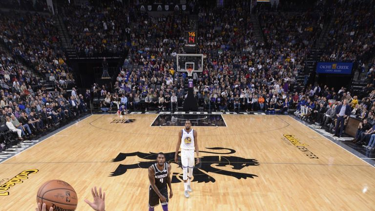 Stephen Curry lays the ball home against the Sacramento Kings