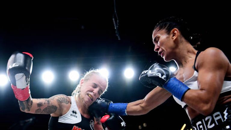 Amanda Serrano (r) stopped Eva Voraberger to win the vacant WBO supe-flyweight title