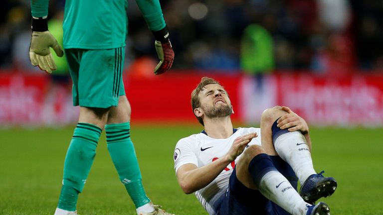 Harry Kane suffers an injury against Manchester United