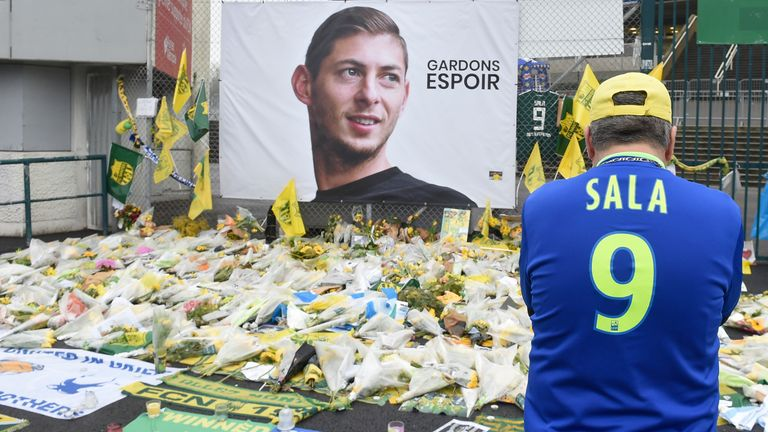 Sala pilot was 'not licensed to fly at night'