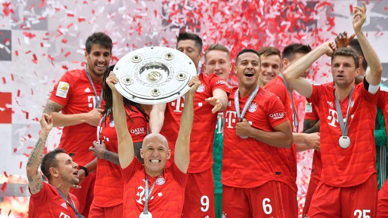 Arjen Robben lifts the Bundesliga trophy