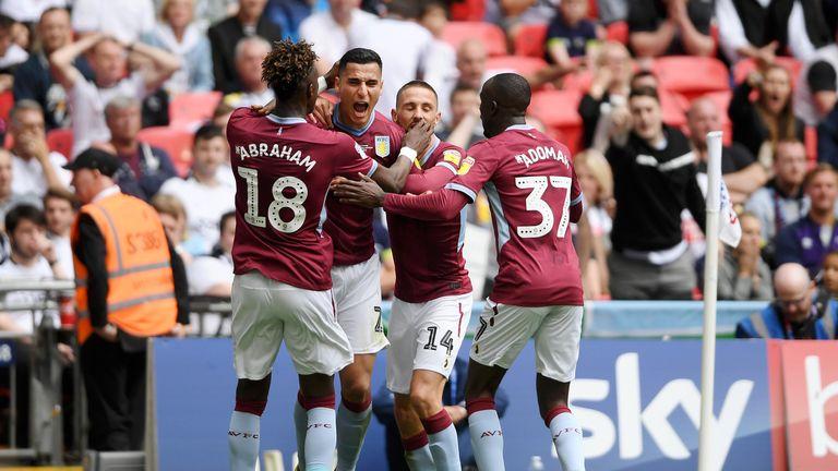 El Ghazi feiert das Tor für Aston Villa