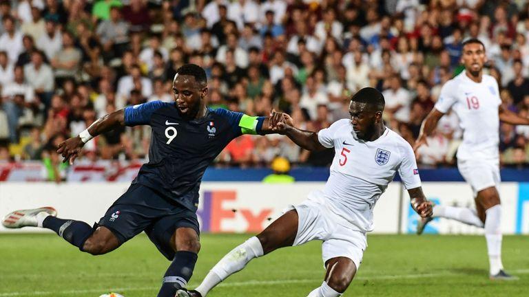 Fikayo Tomori challenges Moussa Dembele
