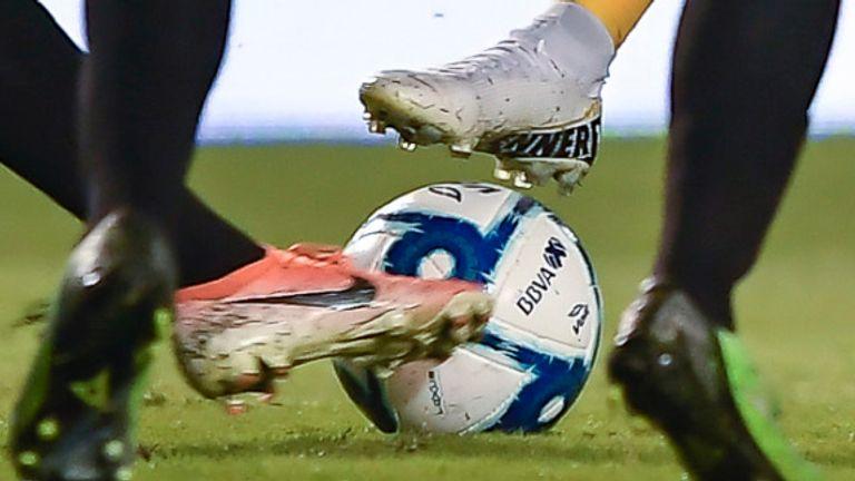 Juego de segunda división argentino abandonado mientras fanáticos armados luchan en terrazas | Noticias de futbol 2