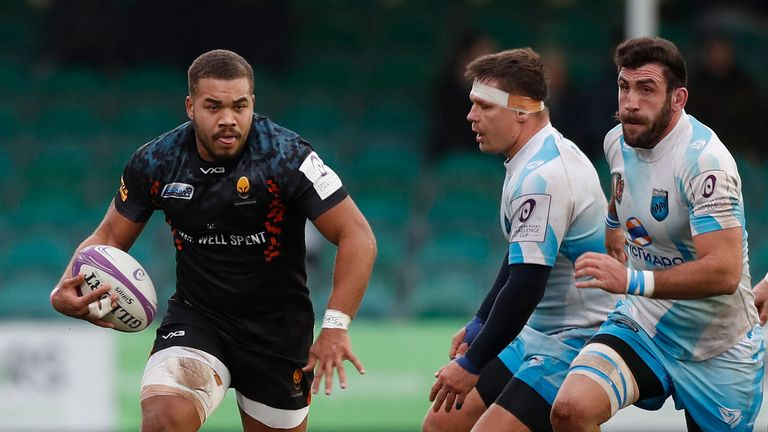 Ollie Lawerence attacks for Worcester