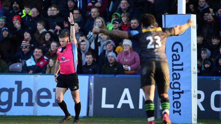 El árbitro Christophe Ridley otorga un intento de penalización a Harlequins con la última jugada del juego.