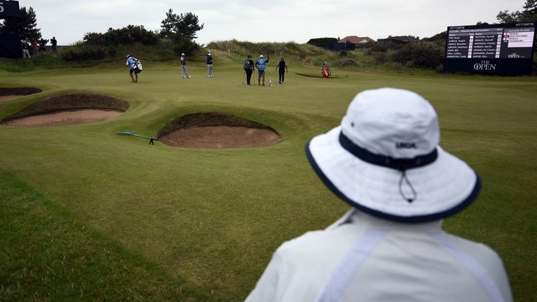 Anglo-Welsh golf club to reopen despite lockdown puzzle