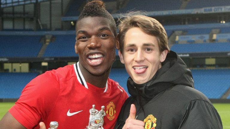 Pogba y Adnan Januzaj jugaron juntos en la academia United y siguen siendo amigos cercanos