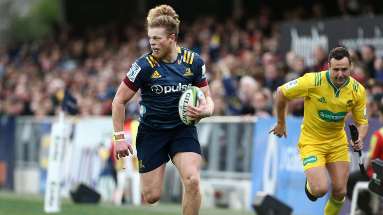 Scott Gregory breaks for the Highlanders