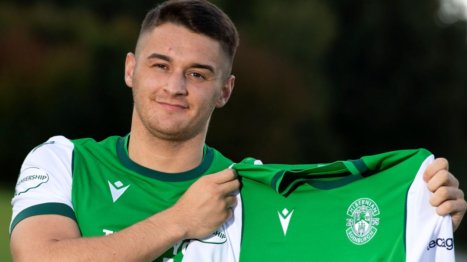Hibs sign Magennis from St Mirren