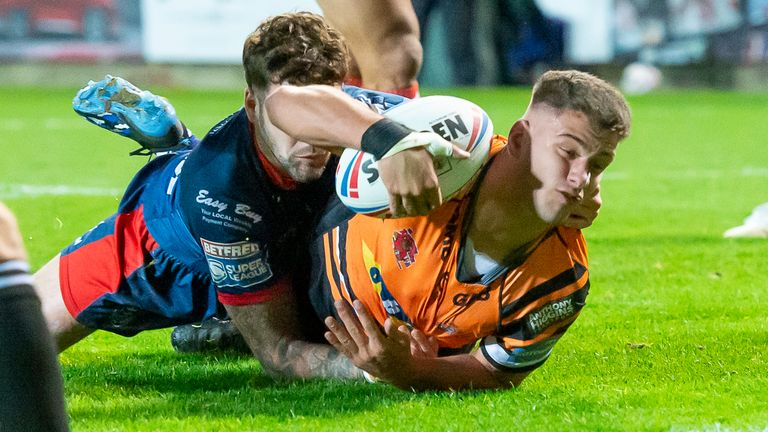 Jacques O'Neill forced his way over to put Castleford in front