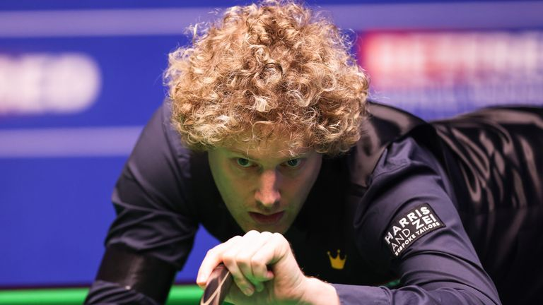 Neil Robertson holds a 6-3 lead over Liang Wenbo going into Sunday's session