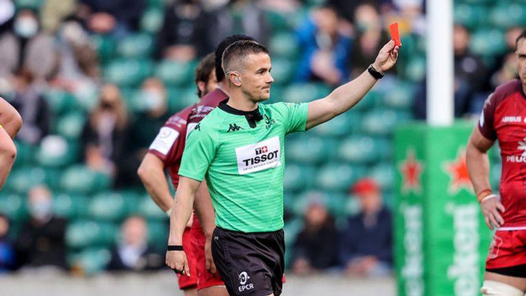 El árbitro Luke Pearce presenta una tarjeta roja después de una revisión de TMO en el tackle alto de Levani Botia
