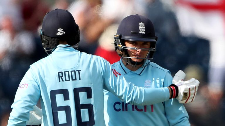 Joe Root (L) and Sam Curran saw England home by five wickets, with more than 15 overs to spare