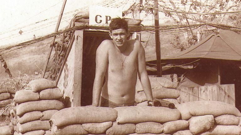Le soldat Dell lors de sa tournée au Vietnam - une expérience qui conduirait sa vie à s'effondrer