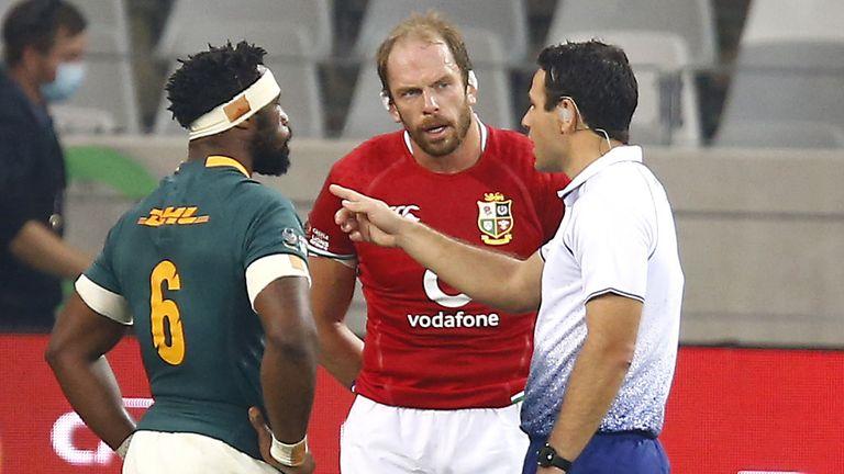 Referee Ben O'Keefe speaks with captains Siya Kolisi and Alun Wyn Jones